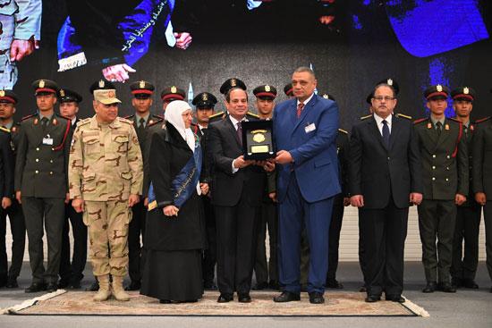 الرئيس السيسي يكرم أمهات وزوجات الشهداء فى الندوة التثقيفية للقوات المسلحة (8)