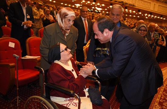 الرئيس السيسي يكرم أمهات وزجات الشهداء فى الندوة التثقيفية للقوات المسلحة (4)