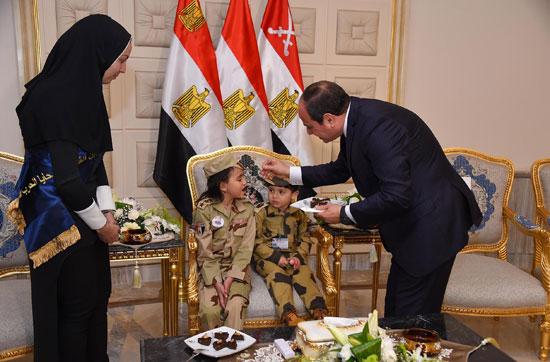 الرئيس السيسي يكرم أمهات وزجات الشهداء فى الندوة التثقيفية للقوات المسلحة (14)