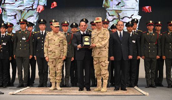 الرئيس السيسي يكرم أمهات وزوجات الشهداء فى الندوة التثقيفية للقوات المسلحة (5)