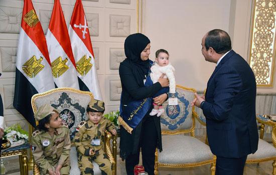 الرئيس السيسي يكرم أمهات وزجات الشهداء فى الندوة التثقيفية للقوات المسلحة (17)