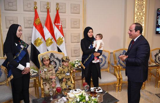 الرئيس السيسي يكرم أمهات وزجات الشهداء فى الندوة التثقيفية للقوات المسلحة (19)