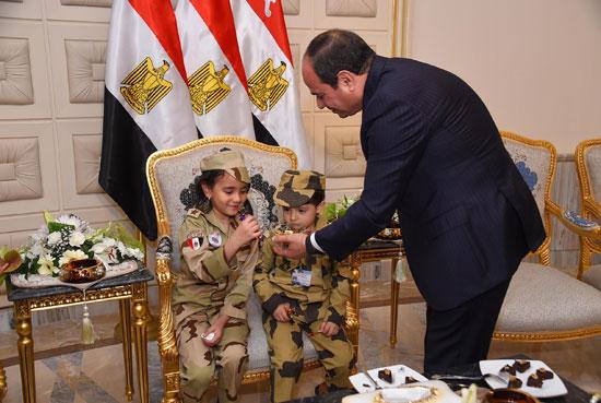 الرئيس السيسي يكرم أمهات وزجات الشهداء فى الندوة التثقيفية للقوات المسلحة (16)