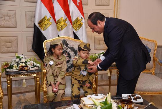 الرئيس السيسي يكرم أمهات وزجات الشهداء فى الندوة التثقيفية للقوات المسلحة (15)