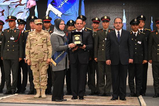 الرئيس السيسي يكرم أمهات وزوجات الشهداء فى الندوة التثقيفية للقوات المسلحة (6)