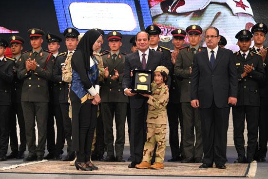 الرئيس السيسي يكرم أمهات وزوجات الشهداء فى الندوة التثقيفية للقوات المسلحة (7)