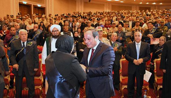 الرئيس السيسي يكرم أمهات وزجات الشهداء فى الندوة التثقيفية للقوات المسلحة (5)