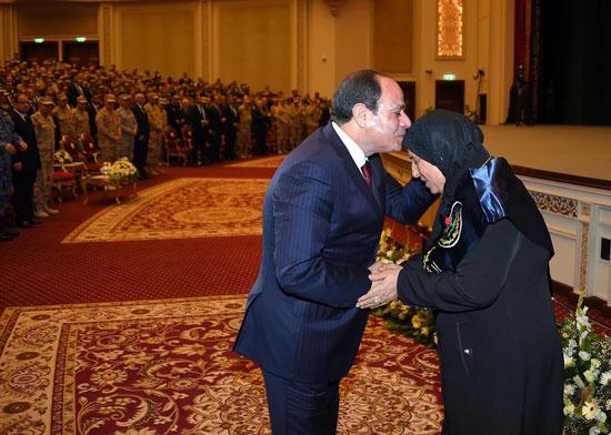 الرئيس السيسي يكرم أمهات وزجات الشهداء فى الندوة التثقيفية للقوات المسلحة (6)