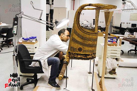 خلال-ترمميم-القطع-الأثرية-بالمتحف-المصرى-الكبير-(10)