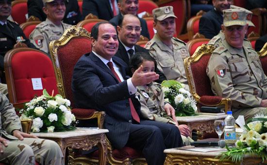 الرئيس السيسي يكرم أمهات وزجات الشهداء فى الندوة التثقيفية للقوات المسلحة (10)