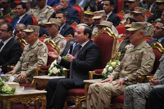 الرئيس السيسي يكرم أمهات وزوجات الشهداء فى الندوة التثقيفية للقوات المسلحة (1)