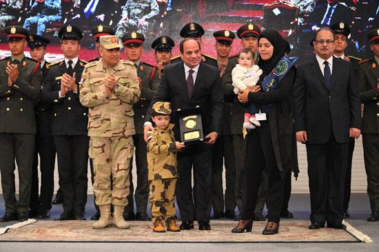 الرئيس السيسي يكرم أمهات وزوجات الشهداء فى الندوة التثقيفية للقوات المسلحة (10)