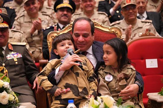 الرئيس السيسي يكرم أمهات وزجات الشهداء فى الندوة التثقيفية للقوات المسلحة (12)