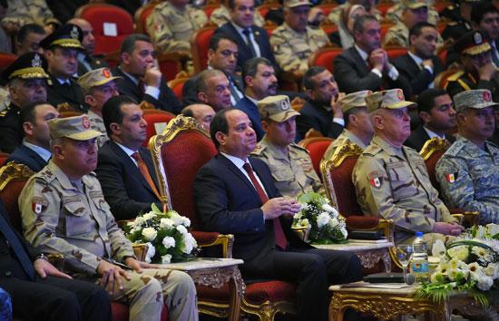 الرئيس السيسي يكرم أمهات وزجات الشهداء فى الندوة التثقيفية للقوات المسلحة (3)