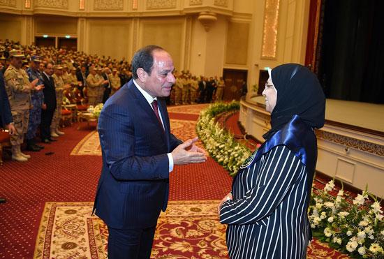 الرئيس السيسي يكرم أمهات وزجات الشهداء فى الندوة التثقيفية للقوات المسلحة (7)