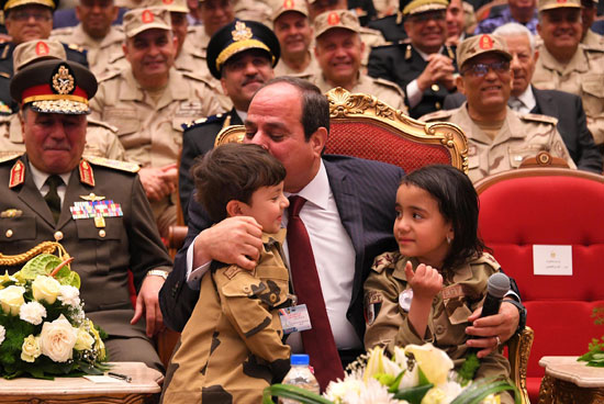 الرئيس السيسي يكرم أمهات وزجات الشهداء فى الندوة التثقيفية للقوات المسلحة (11)