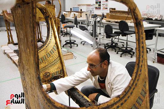 خلال-ترمميم-القطع-الأثرية-بالمتحف-المصرى-الكبير-(11)