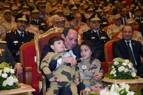 الرئيس السيسي يكرم أمهات وزجات الشهداء فى الندوة التثقيفية للقوات المسلحة (13)
