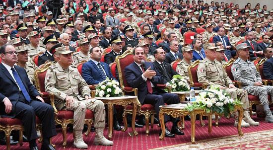 الرئيس السيسي يكرم أمهات وزجات الشهداء فى الندوة التثقيفية للقوات المسلحة (1)