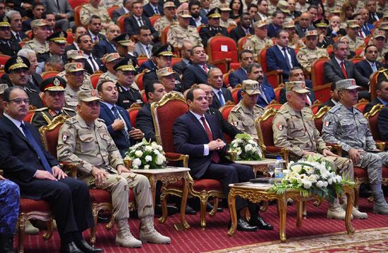 الرئيس السيسي يكرم أمهات وزجات الشهداء فى الندوة التثقيفية للقوات المسلحة (2)