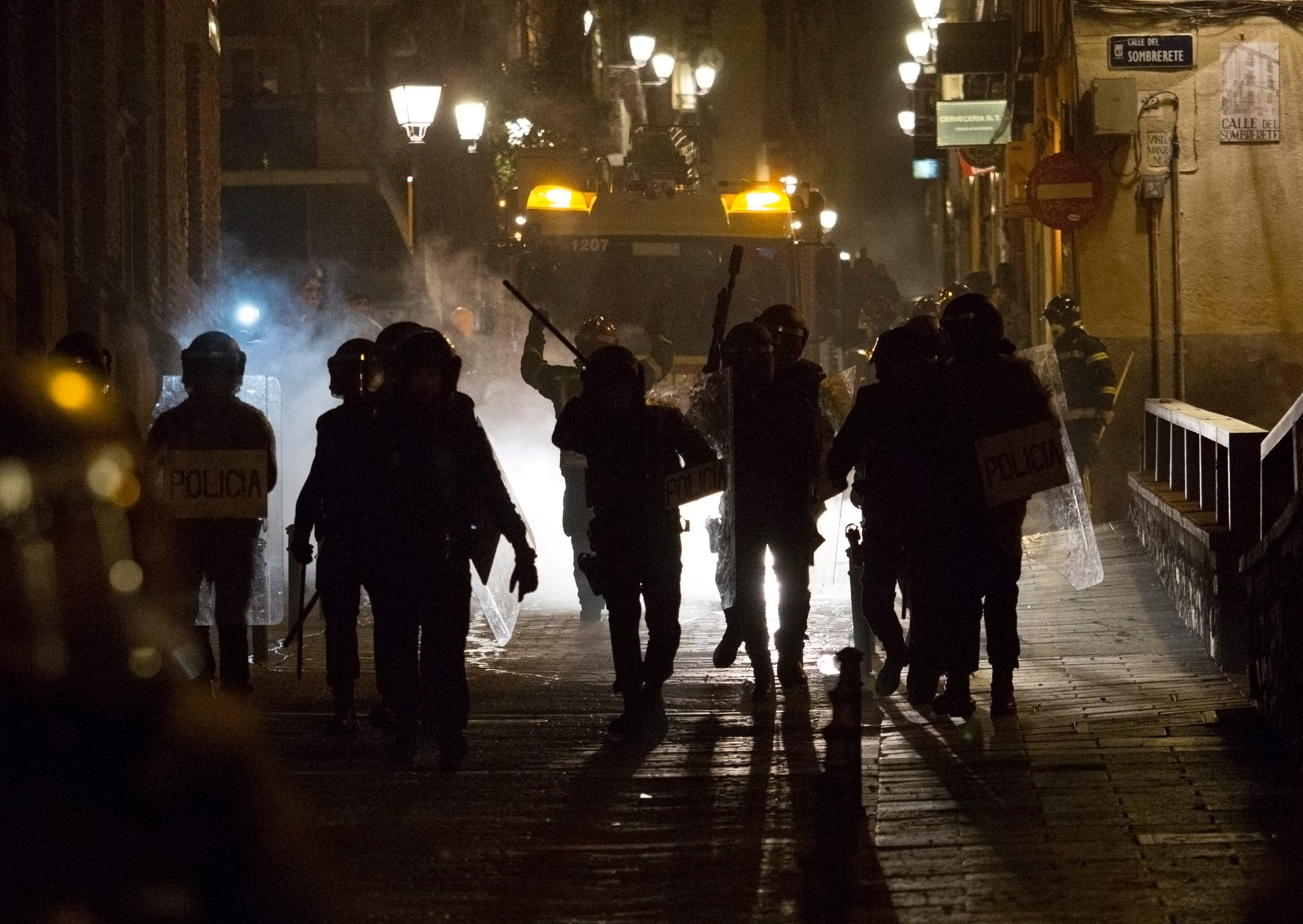 الشرطة الإسبانية تسعى لتفريق المحتجين
