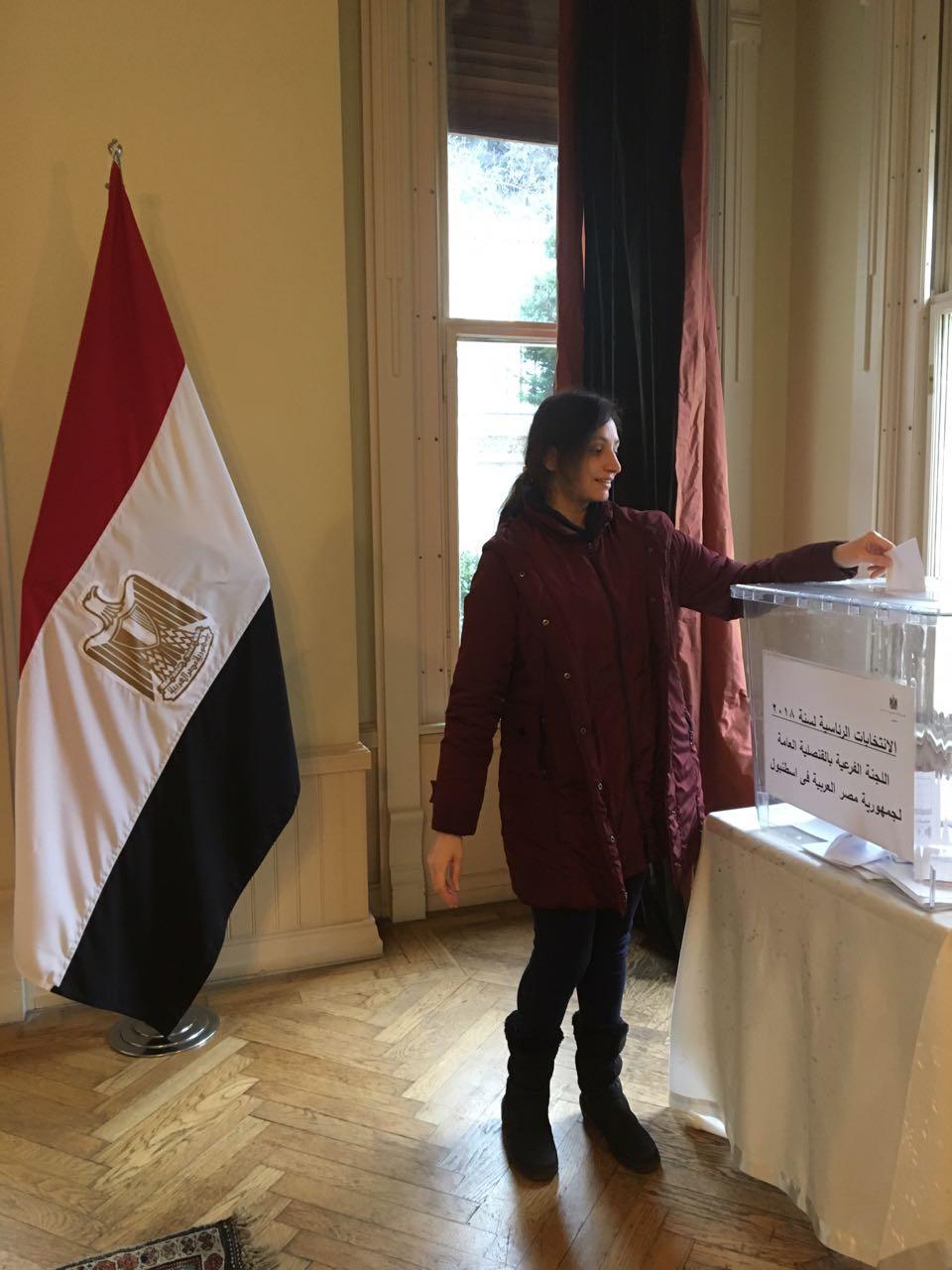 فتاة مصرية تدلى بصوتها فى القنصلية
