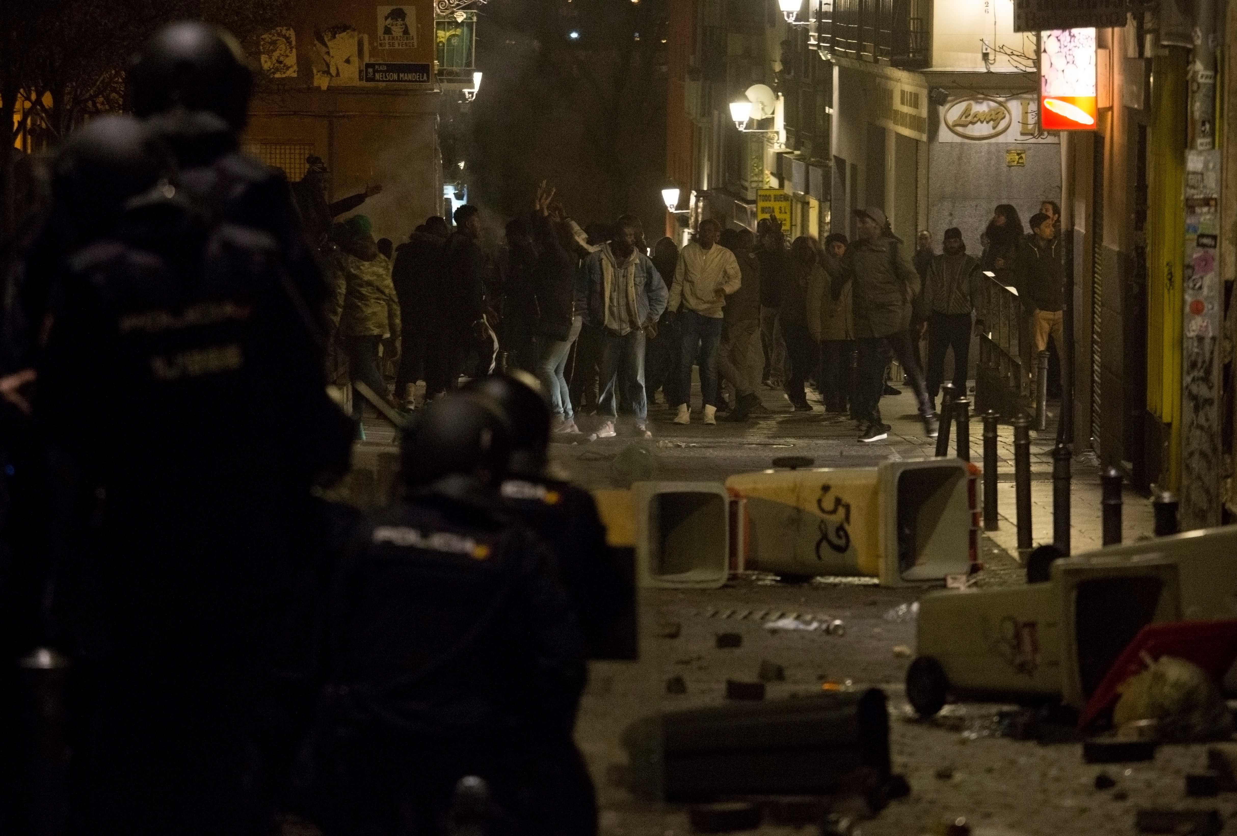 جانب من العنف بين الشرطة والمهاجرين