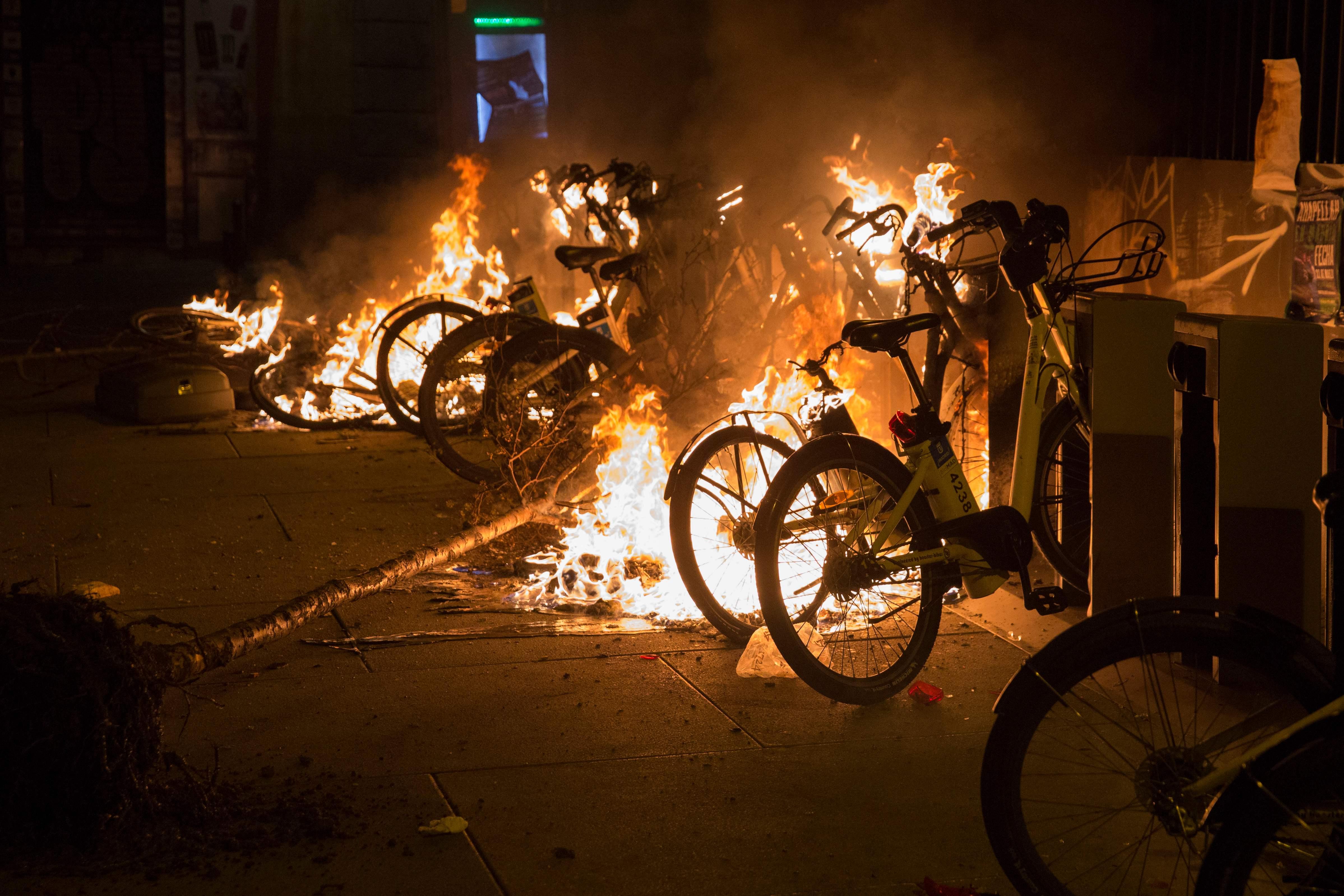 اشعال النار فى الدراجات