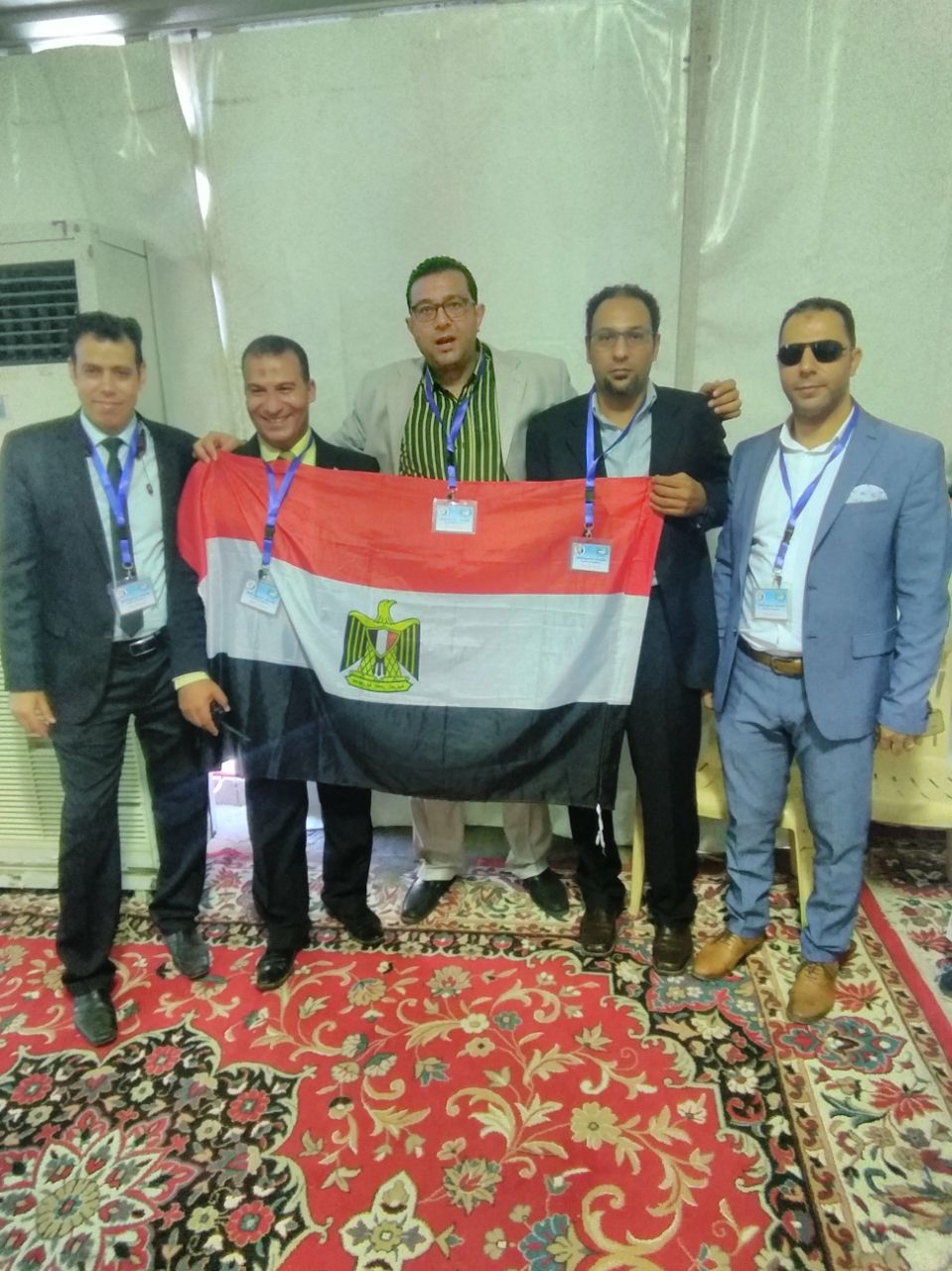 1- المصرريون بالقنصلية المصرية بجده يرفعون علم مصر