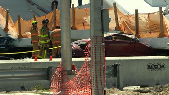 سحق سيارة أسفل الجسر