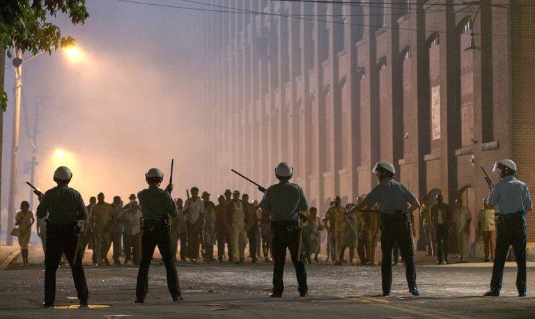 انتفاضة السود ضد سوء معالمة الشرطة أصحاب البشرة البيضاء فى فيلم ديترويت