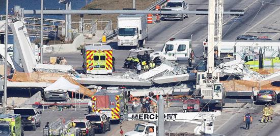 انهيار جسر للمشاه فى أمريكا وتحطم سيارات