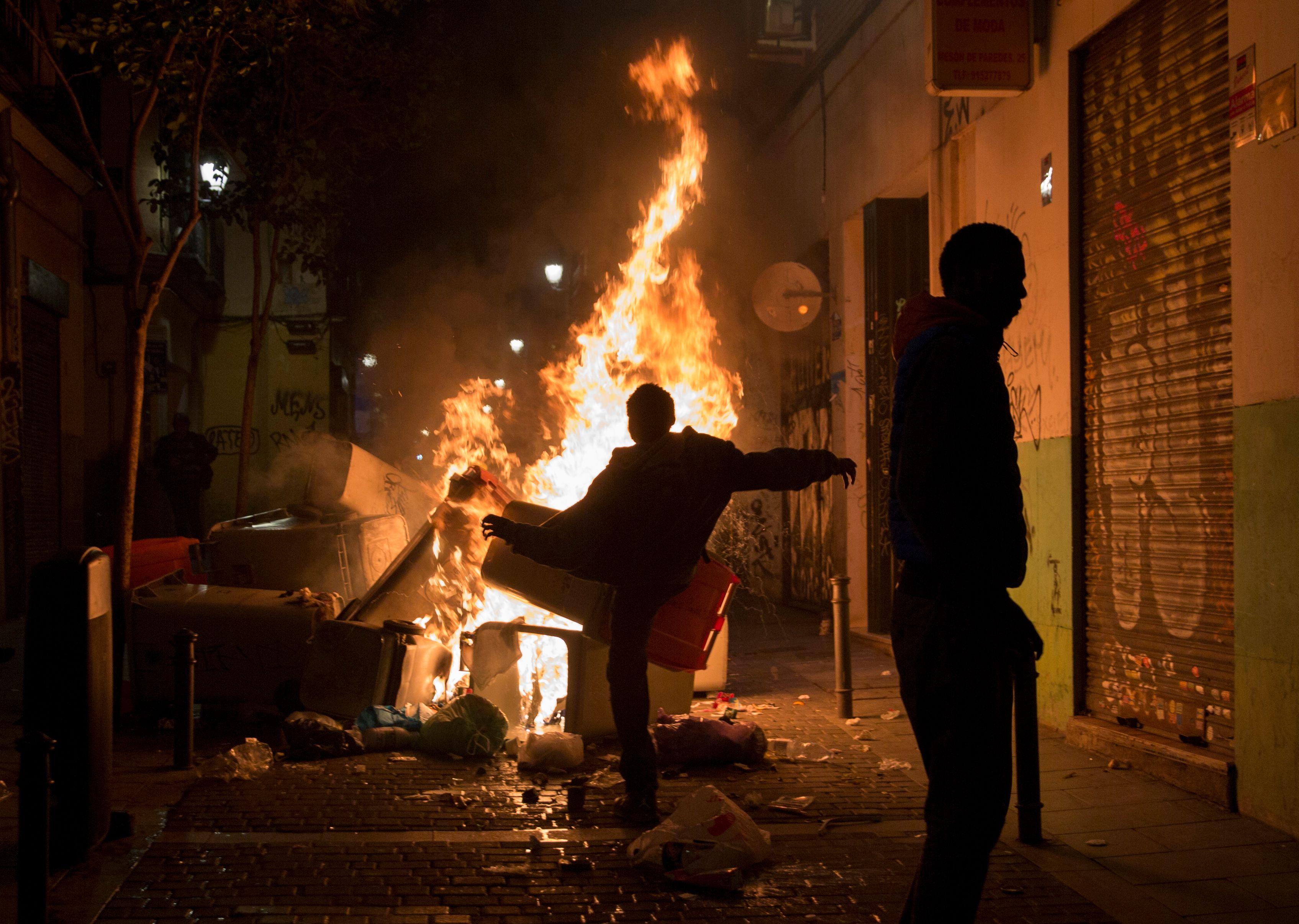 المهاجرون يشعلون النار فى النفايات