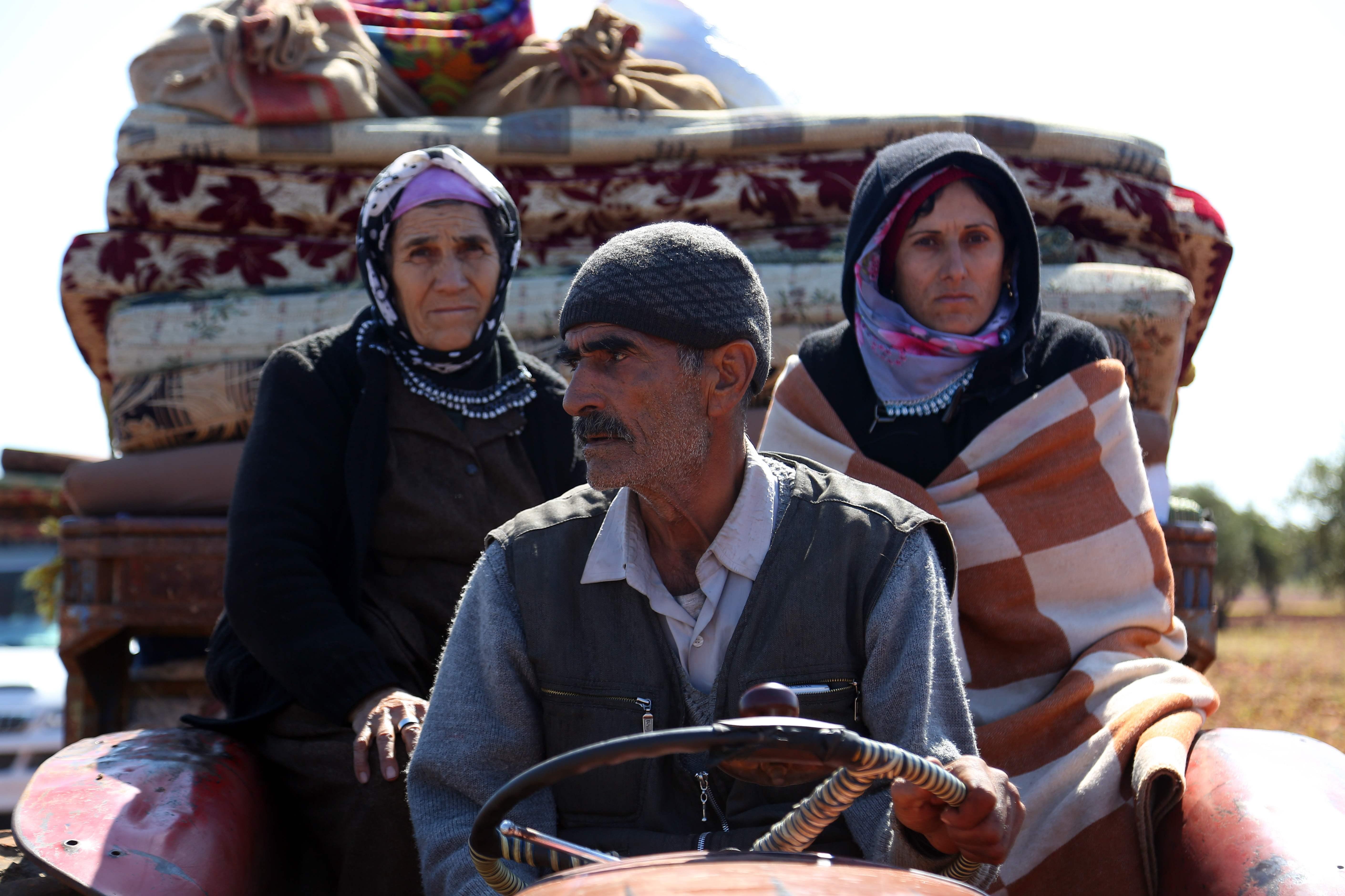 مواطنو عفرين السورية يحملون أمتعتهم