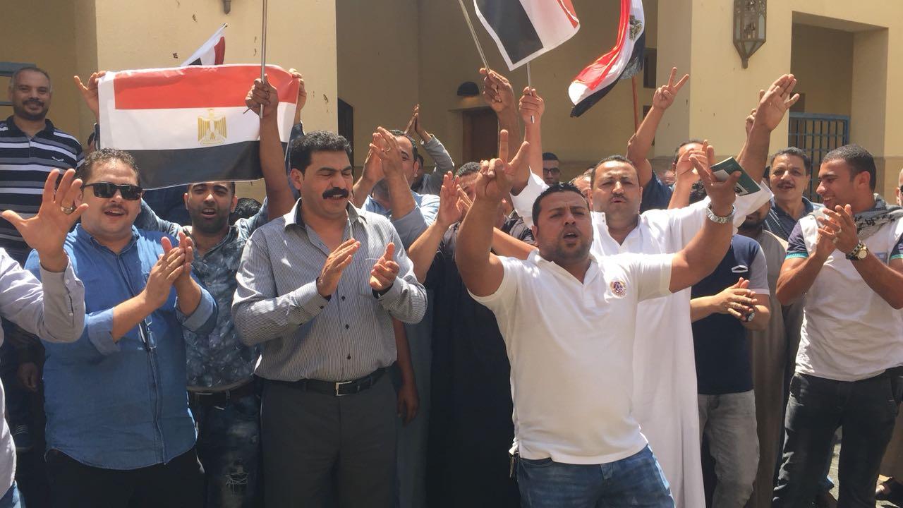 مصريين فى جدة أمام القنصلية