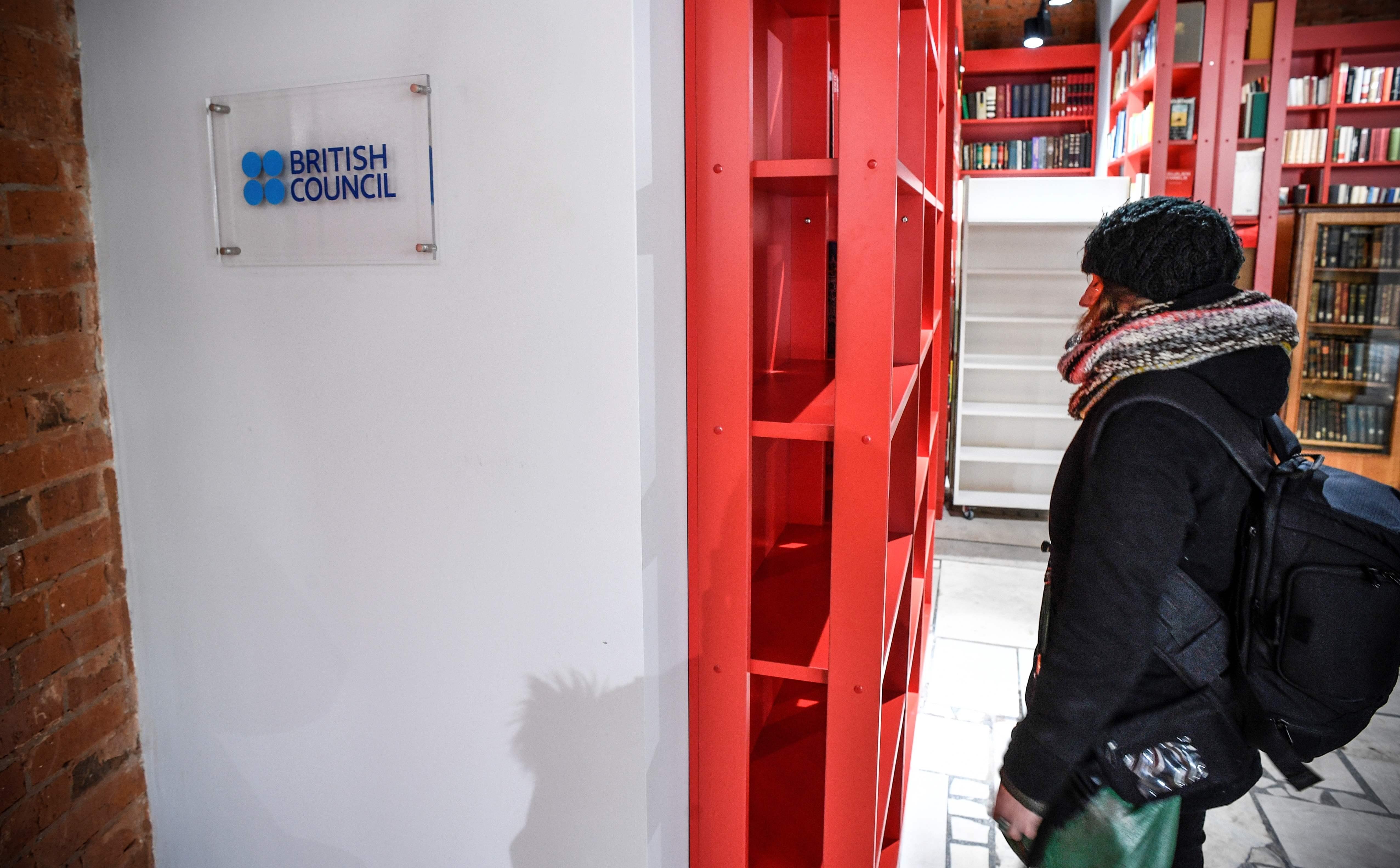 مواطنة روسية تتفقد المركز الثقافى البريطانى