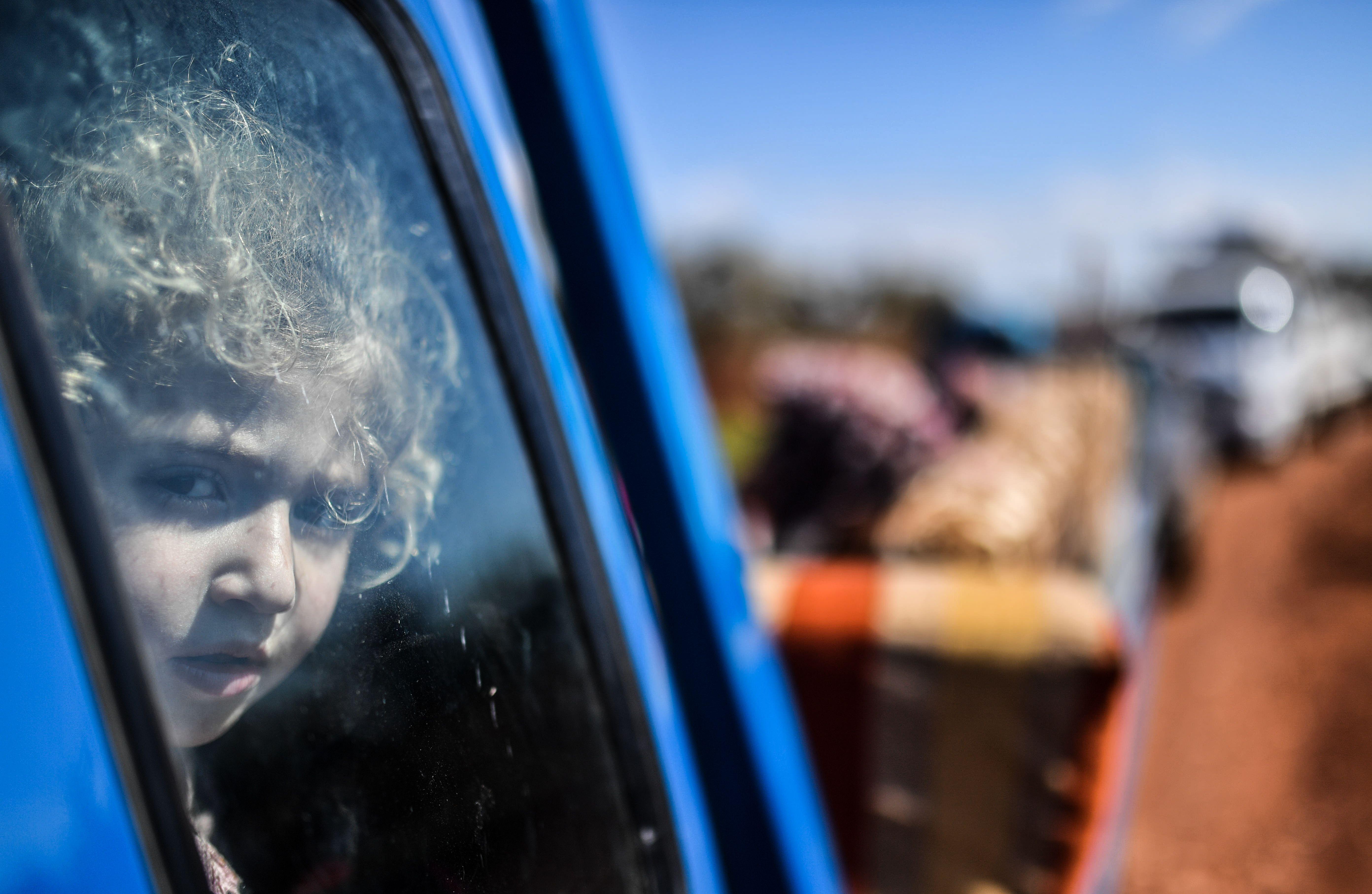أطفال عفرين يودعون مدينتهم بعد الفرار