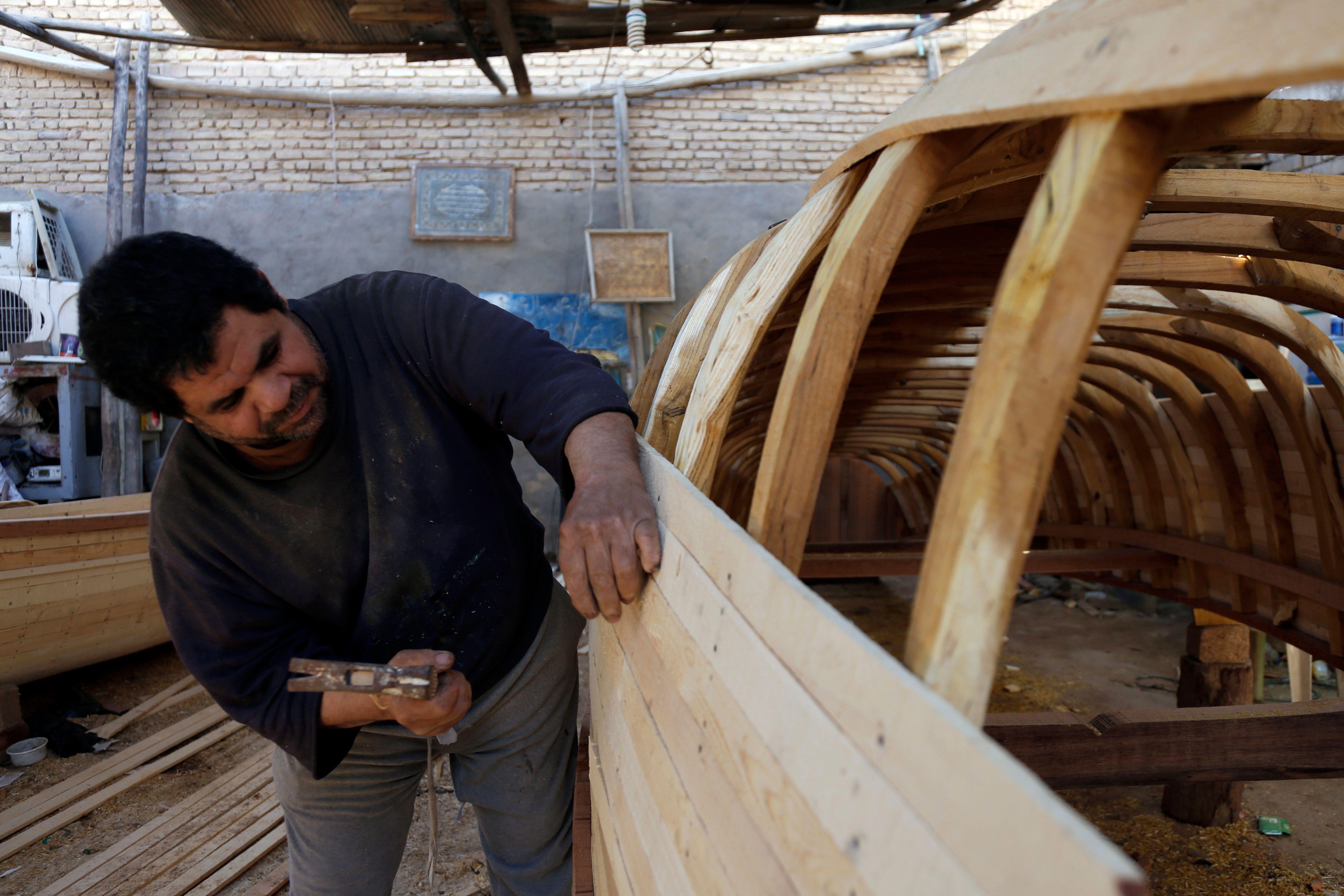 مواطن عراقى يصنع القوارب