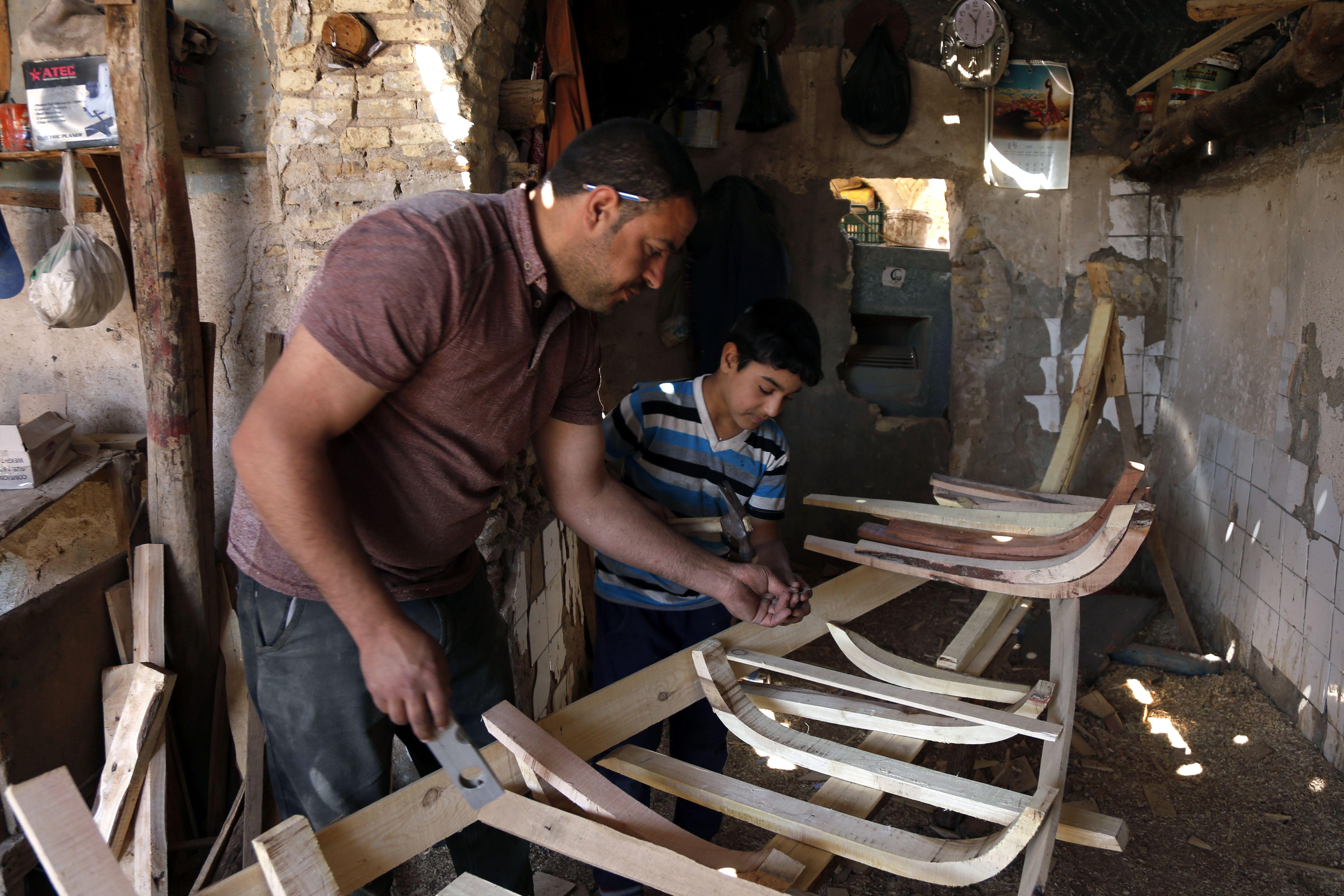 جانب من صناعة القوارب الخشب