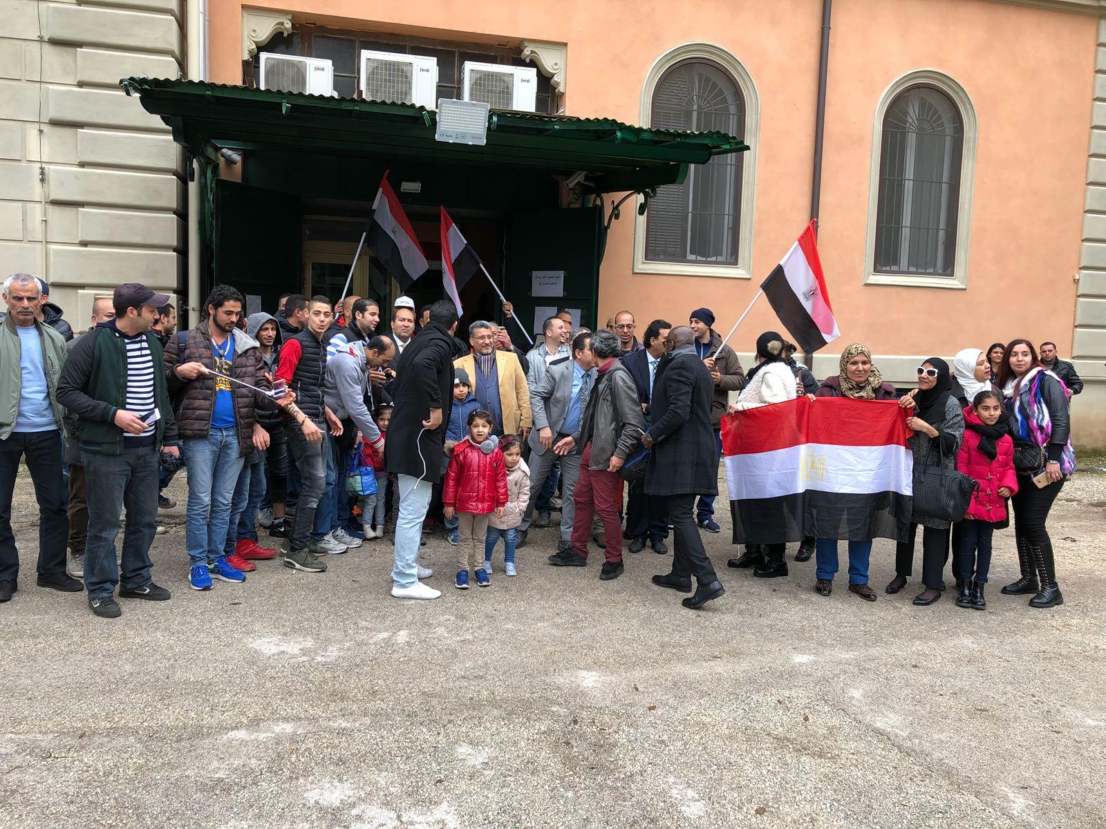 المصريين فى ايطاليا يدلون باصواتهم