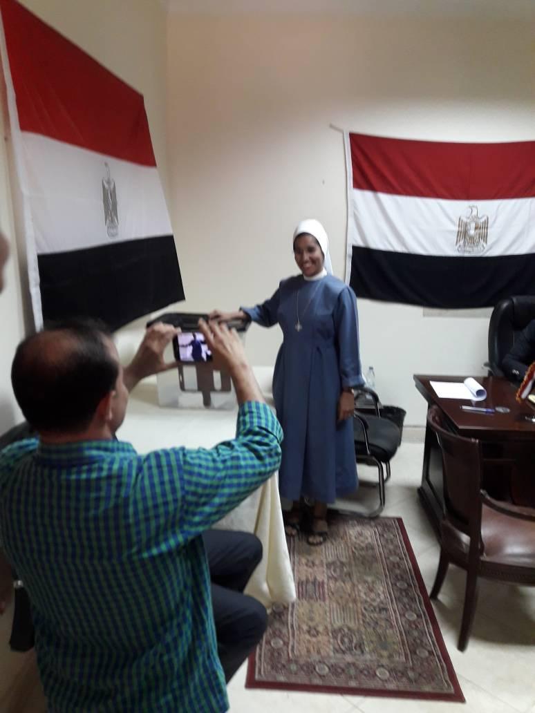 راهبة مصرية تدلى بصوتها فى الانتخابات الرئاسية بسفارة مصر فى السودان