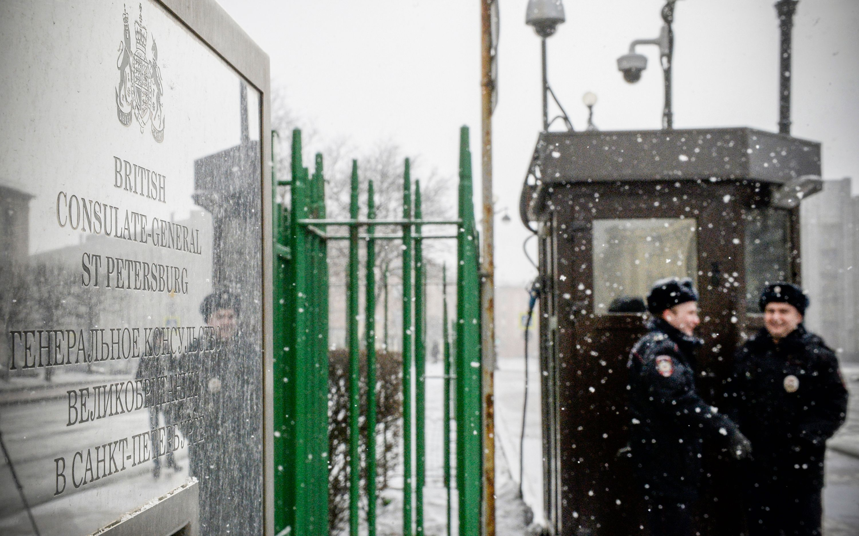 انتشار الشرطة البريطانية أمام السفارة