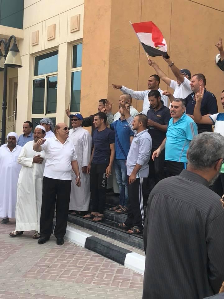 المصريين على سلم البعثة المصرية فى قطر