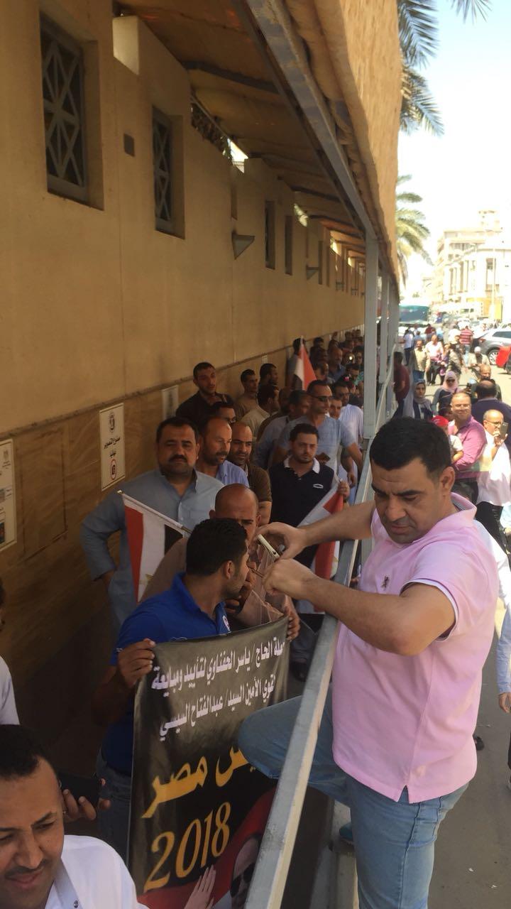 طابور المصريين أمام القنصلية فى جدة