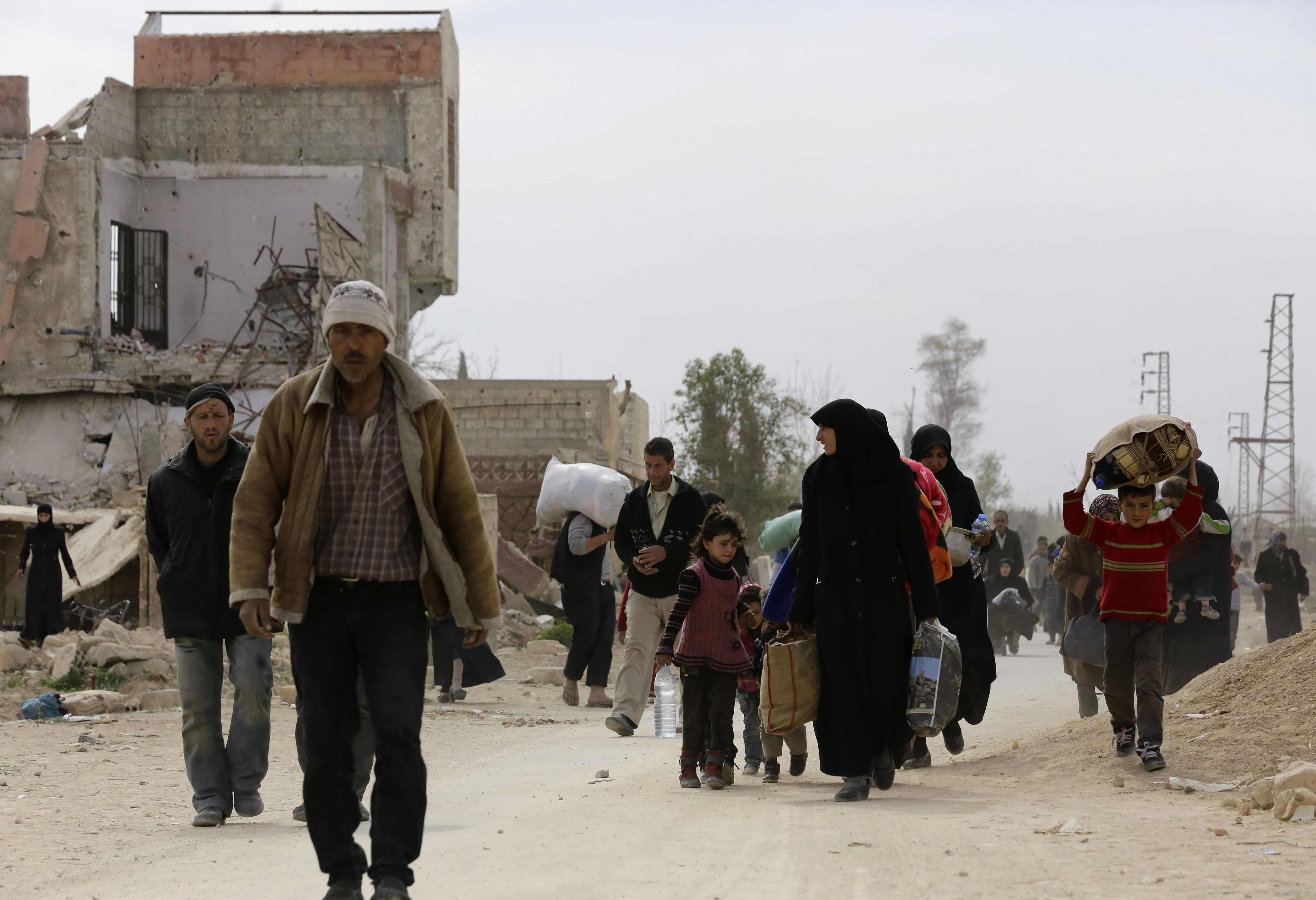جانب من خروج المدنيين بالغوطة الشرقية
