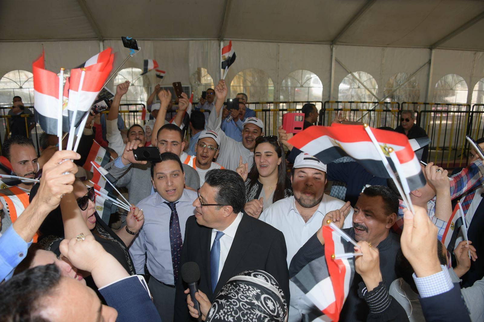 غادة عجمى والسفير المصرى بالكويت