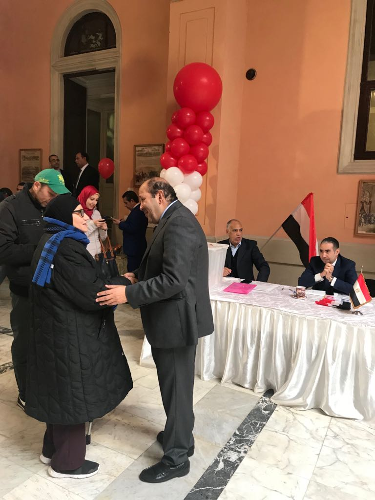 توافد المصريين فى سفارة مصر بروما