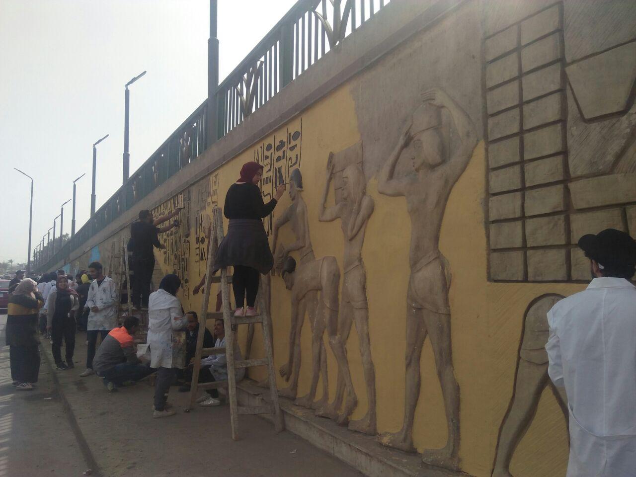 طلاب فنون تطبيفية يحولون جدران طريق المطار بالنزهة لجداريات (2)