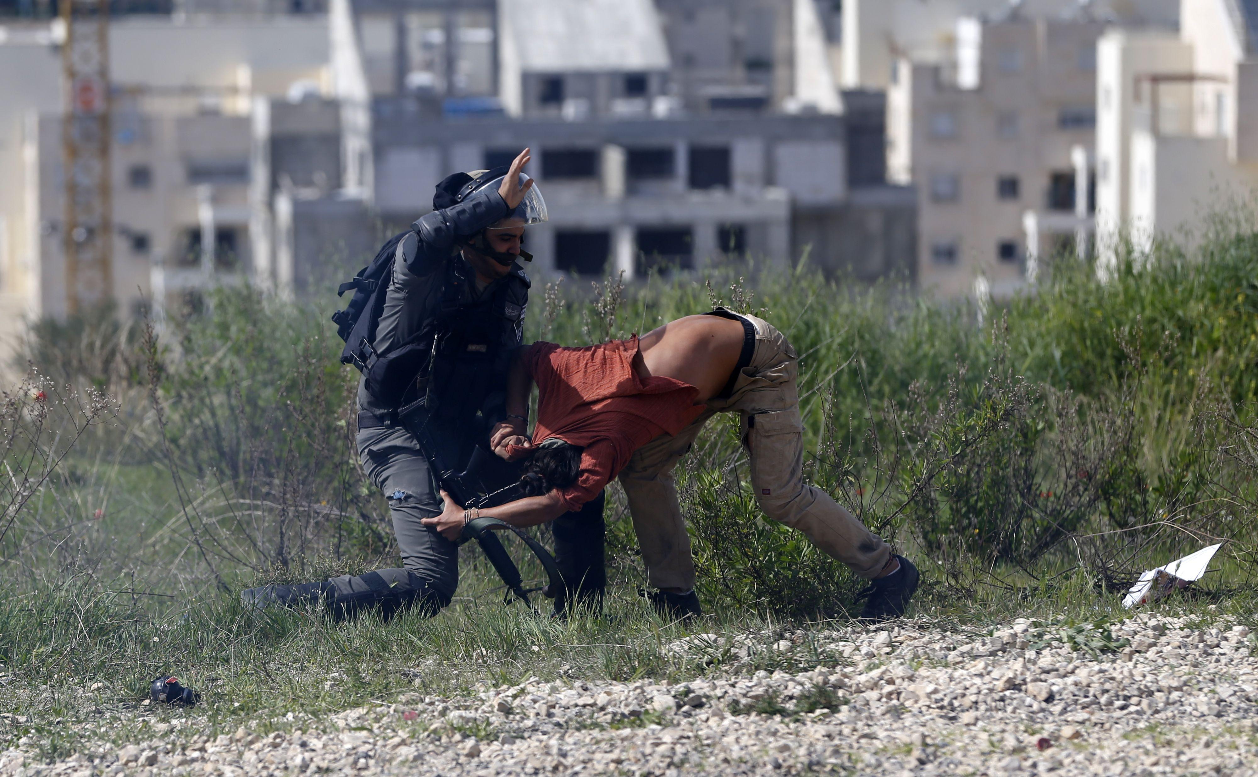 جندى إسرائيلى يستخدم العنف مع المواطنين