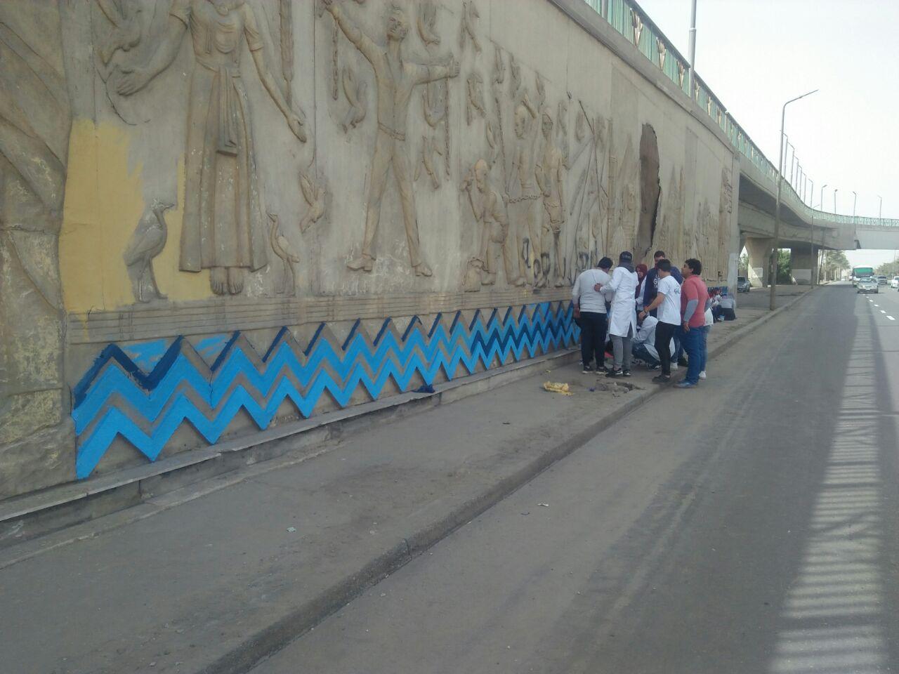 طلاب فنون تطبيفية يحولون جدران طريق المطار بالنزهة لجداريات (7)